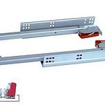 Prowadnica kryta firmy GAMET do szuflad drewnianych. Długość 400mm. Prowadnice PD posiadają hamulec oraz ciche domykanie szuflady. DANE TECHNICZNE: Wysuw...