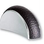 Uchwyt z kolekcji Leather renomowanej firmy Siro. Wykonany z tworzywa sztucznego. Kolor pokrycia - chrom połysk. Czarna eko skóra. Rozstaw - 32mm.