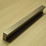 Uchwyt nowoczesny, uniwersalny w zastosowaniu, kolor - nikiel szczotkowany.  Rozstaw 128 mm.Występuje również w rozstawie 96mm.